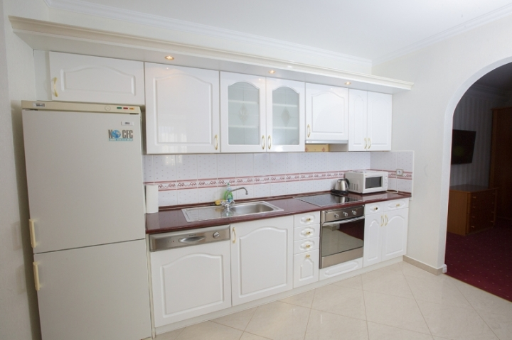 Lakosztályok - Luxus delux lakosztály konyha mosogatógéppel, főzőlappal, mikrohullámú sütővel, kávé és teabekészítéssel