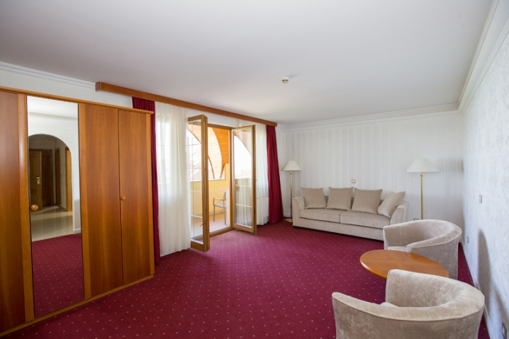 Lakosztályok - Luxus delux lakosztály nappalija a 3000-res épületben