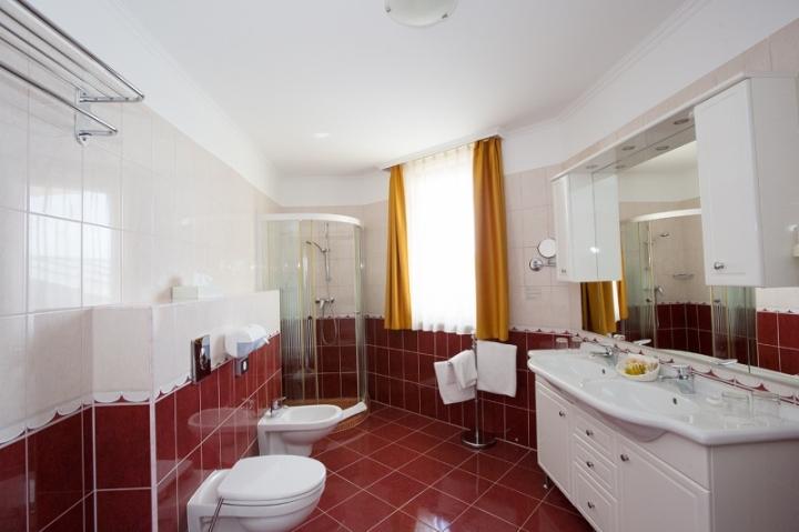 Lakosztályok - Exclusive delux grande lakosztály fürdőszobája káddal és tusolóval
